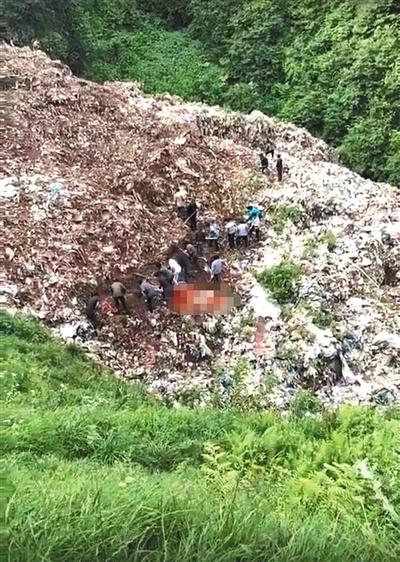 7月13日上午,云南省昭通市镇雄县花山乡花山村燃起送葬的爆竹和烟花