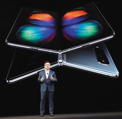 北京时间2月21日,三星在美国举行新品发布会,正式发布年度旗舰Galaxy S10系列手机以及折叠手机Galaxy Fold,还推出了首款5G手机。 图/视觉中国